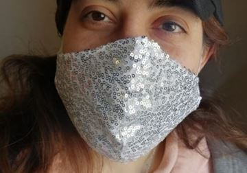 Picture of V-shaped sequin mask in white with 2 layers fabric (1 layer sequin/1 layer cotton) + a filter in the middle
