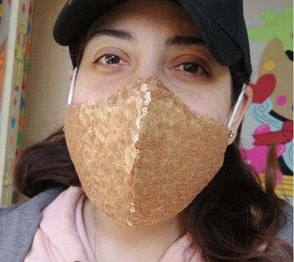 Picture of V-shaped sequin mask in gold with 2 layers fabric (1 layer sequin/1 layer cotton) + a filter in the middle